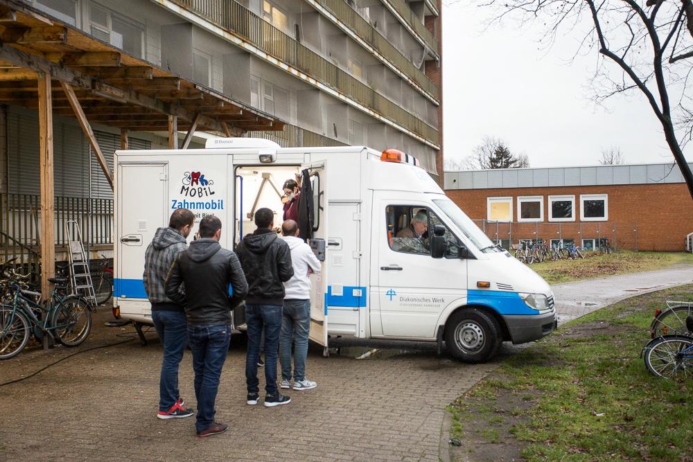 Patientenschlange vorm Zahnmobil Hannover